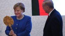 Турският президент Реджеп Ердоган подарява на германския канцлер Ангела Меркел огледало по време на откриване на Турско-германския университет в Истанбул.