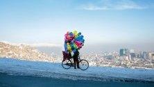 Продавач на балони на хълм над Кабул, Афганистан.