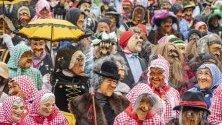 Около 250 Chrienser Boeoeggen с дървени маски и костюми участват в карнавална процесия в Кринс, Швейцария.