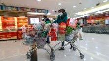 Пазаруваща с маска на лицето се запасява в супермаркет в Ухан, Китай. Градът стана център на разпространяваща се епидемия от нов коронавирус.