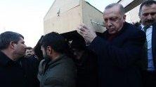 Турският президент Реджеп Ердоган носи ковчег на загинал по време на земетресението в Елазиг. Трусът от 6,7 по Рихтер беше усетен и в съседните страни Сирия, Грузия и Армения.