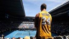 Фен на загиналия при катастрофа с хеликоптер баскетболист Коби Брайънт наблюдава тенис мач на Australian Open.