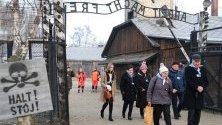 Бивши затворници в концлагера Аушвиц посещават бившия лагер за 75-годишнината от освобождаването му.