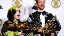 """Били Ейлиш и Финиъс О'Конъл позират с наградите си """"Грами"""" в Лос Анджелис."""