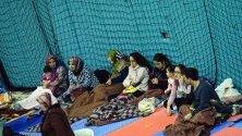 Хора в евакуационен център след земетресението в Елязъг, Турция, при което загинаха най-малко 35 души.