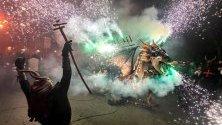 Закриване на празненствата на фестивала в Палма де Майорка, Испания, с традиционни карефоки - мъже, обличащи се като дяволи и палещи фойерверки.