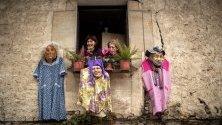 Провесени карнавални костюми от прозорец по време на традиционния парад Joaldunak по пътя между градовете Итурен и Субиета край Навара, Испания.
