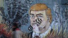 Графити срещу президента на САЩ Доналд Тръмп с отпечатък от обувка върху лицето му, нарисуван от протестиращи палестинци в Газа.