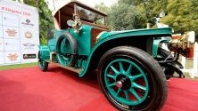 Винтидж автомобили изложени по време на международно рали в Делхи, Индия, по време на което за 23 дни ще изминат 4000 км.