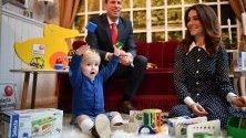 Едногодишнят Лео, Том Мур и Хайди Ейгън - двойници на херцога и херцогинята на Кеймбридж и сина им Джордж, по време на Международно изложение на играчките в Нюрнберг, Германия.