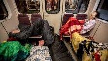 Студенти в спални чували протестират със спане в метрото в Прага, Чехия, с което се опитват да алармират за липсата на сън сред учащите.