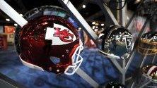 Шлемове на играчи от отбора на Kansas City Chiefs изложени в NFL Experience в Маями, САЩ.