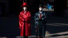 Официални служители носят защитни маски срещу коронавируса докато участват в церемония в двореца в Сеул, Южна Корея.