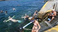 Хора се радват на водата на плажа Клоувли в Сидни, Австралия. Температурите надвишават 40 радуса в региона.