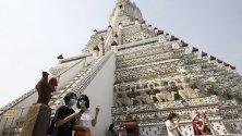 Туристи със защитни маски в Банкок, Тайланд.