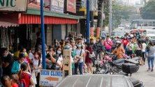Опашка пред аптека за защитни маски в Манила, Филипините. Страната регистрира първи случай на коронавируса.