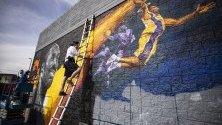 Графити творецът Киптоу рисува огромен портрет на починалия баскетболист Коби Брайънт в Лос Анджелис.