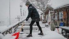 Почистване на снега в ресторант в ски курорта Роза Хутор край Сочи, Русия. Заради обилните снеговалежи са прекъснати тренировките за Световната купа за ски спускане за жени.