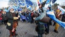 Гайдари свирят по време на протест за независимост на Шотландия пред шотландския парламент в Единбург.