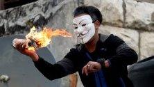 """Палестинец хвърля коктейл """"Молотов"""" по време на сблъсъци с израелските части по време на протест срещу т.нар. Сделка на века, обявена от Доналд Тръмп за разрешаване на конфликта в региона."""