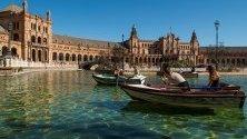 Туристи се радват на необичайно топлото време в Севиля, Испания.