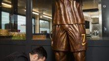 Португалският шоколатиер Хорхе Кардосо създава статуя в реален размер от шоколад на Кристиано Роналдо.