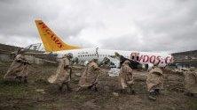 """Самолет излезе от пистата при кацане, след което се разцепи на три части, на летище """"Сабиха Гьокчен"""" в Истанбул."""