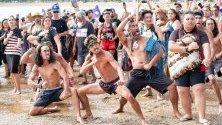 Маори изпълняват традиционния хака танц по време на Националния ден на Нова Зеландия - Waitangi Day, в Уайтанги.