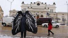 """Активисти на """"Грийнпийс"""", облечени като бели дробове, посрещнаха депутатите в със силна кашлица и противогази заради замърсяването на въздуха."""
