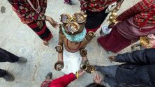 Индуси участват в традиционна процесия по време на фестивала Мадхав Нараян в Лалитпур, Непал, посветен на Шива - бога на съзиданието и разрушението.