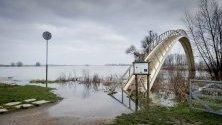 Основните реки в Холандия излязоха от коритата си след проливни дъждове.