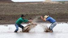 Фермери от Нов Южен Уелс в Австралия се радват на дъжда и водата след продължителната жега и горски пожари.