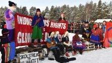 Климатичният активист Грета Тунберг по време на климатична стачка с деца от местното коренно население саами в Йокмок, Швеция.