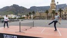 Роджър Федерер и Рафаел Надал играят мини тенис в Кейптаун, Южна Африка, преди благотворителния им мач в града.
