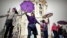 6000 жени участват в жива верига в центъра на Мадрид в протест срещу насилието над жените.