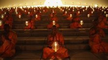 1200 будистки монаси от Тайланд са се събрали спонтанно, без организация, и палят свещи в деня Маха Буча в храм в покрайнините на Банкок. Един от свещените дни за будистите се отбелязва при пълнолуние от третия лунен месец.