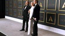 """Хоакин Финикс и Рене Зелуегър с награда """"Оскар"""" за най-добра главна роля позират заедно с Брад Пит, получил награда за второстепенна мъжка роля."""