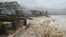 Пяна се разбива на брега на океана след продължителни дъждове и бури край Сидни, Австралия.