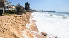 Ерозия край крайбрежни къщи в Сидни, Австралия. Регионът страда от най-тежките наводнения от години след проливни дъждове и силни ветрове.