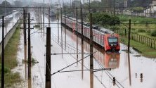 Наводнени влакове след проливни дъждове в Сау Паулу, Бразилия.