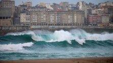 Вълни се разбиват в брега на Риасор, Ла Коруна, Испания, предизвикани от бурята Киара.