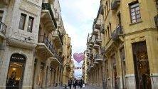 Хора минават под украси за Свети Валентин на търговска улица в Бейрут, Ливан.