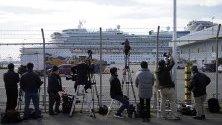 Журналисти снимат японския кораб, поставен под карантина в Токио заради коронавируса. Над 170 пътници са заразени от болестта.