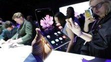Новият смартфон Galaxy Z Flip по време на представянето му в Сан Франциско, Калифорния.