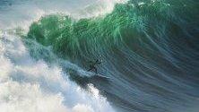 Сърфистът Грант Бейкър в действие по време на състезание от World Surf League (WSL) Big Wave Tour в Назаре, Португалия.