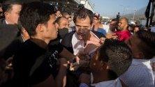 Опозиционният лидер във Венецуела Хуан Гуайдо, който е временен президент на страната, пристига на летището в Каракас и бива атакуван от тълпата.