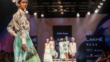 Модно ревю на индийския дизайнер Садиа Рупа по време на Седмицата на модата в Мумбай, Индия.