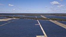 Соларната ферма Darling Downs край Далби, Кийнсленд, Австралия. В региона, известен с рудо- и газодобива си, се наблюдава ръст на възобновяемите източници на енергия.