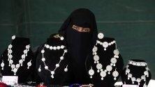 Жена продава продукцията си на седмичен базар на дребния бизнес в Сана, Йемен. Дребния и среден бизнес се оказва ключов за много семейства в раздирания от конфликти Йемен.
