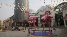 Празен търговски център с украса за Деня на влюбените в Пекин, Китай. Много магазини и ресторанти са затворени заради епидемията от коронавирус.
